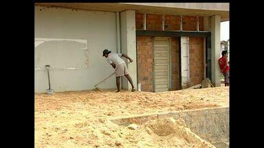 Moradores fazem obras por conta própria para tentar evitar danos da cheia em Alenquer - Eles aumentaram o tamanho das calçadas para impedir que enxurrada invada as casas.