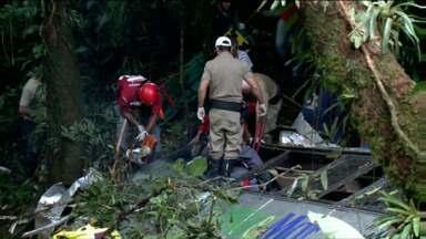 Redação móvel acompanha tragédia em União Da Vitória - Os parentes das vítimas começaram a chegar a Joinville na noite de sábado. Eles precisaram fazer o reconhecimento dos corpos.