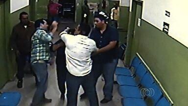 Sindicato dos médicos diz que vai cobrar mais segurança após agressão de profissional - Advogado deu tapa em plantonista após ele colocar cesto de lixo para paciente vomitar.