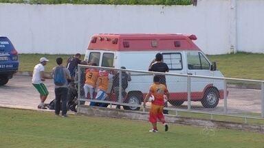 Goleiro passa mal e socorro atrasa por falta de médico e ambulância no prego - No Campeonato Amazonense, jogador desmaia e depois de 10 minutos, na saída do estádio, carro quebra e atletas precisaram empurrar. Goleiro passa bem
