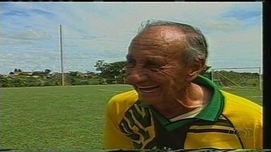 """Jogador mais velho do mundo, """"Vovô do futebol"""" morre aos 93 anos - Tércio Mariano de Rezende é apontado pelo Guinness Book como recordista"""