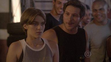 Karina fica bolada com clipe de Pedro - Irritada, Karina decide ir atrás do ex, mas Lobão manda que a garota termine treino antes
