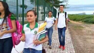 Após denúncias, governo providencia transporte escolar para alunos de Aurora - Alunos ficaram duas semanas sem transporte escolar.