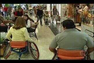 """Público experimenta percepção de atletas paralímpicos em Uberlândia - Projeto """"Experimentando Diferenças"""" é realizado até o dia 22 de março, no piso 1, do Center Shopping. Atividades são gratuitas e voltadas ao público em geral"""