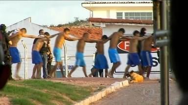 Rio Grande do Norte decreta situação de calamidade pública no sistema prisional - Dois voos de Brasília levaram 200 homens da força nacional de segurança. O governo do Rio Grande pediu ajuda ao Ministério Público depois de uma série de motins nas cadeias do estado. Foram oito em uma semana.