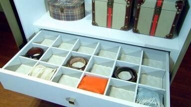 Veja ideias para organizar e aproveitar os espaços dos armários - Aprenda a organizar as roupas, sapatos e objetos dentro do guarda-roupa.Uma das dicas é usar os cabides da mesma cor para ajuda a manter a organização e deixar o visual bonito.