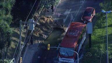 Moradores da Zona Leste de Porto Alegre protestam por falta de água - A população da região está sem água há quatro dias.