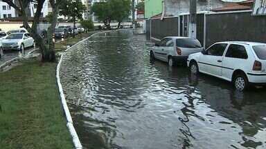 Maré alta provoca alagamento de ruas do Bairro 13 de Julho - Maré alta provoca alagamento de ruas do Bairro 13 de Julho.