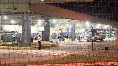 Vigilante é baleado durante assalto dentro do terminal de Jacaraípe, ES - Suspeitos fugiram com duas armas dos vigilantes, na Serra. Equipe de segurança foi procurada, mas não quis se pronunciar.