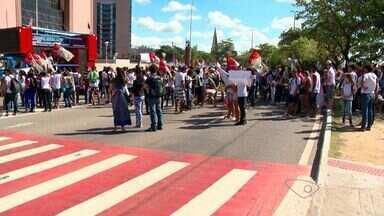 Protesto contra 'Escola Viva' reúne alunos, pais e professores no ES - Manifestação aconteceu em frente à Assembleia Legislativa, em Vitória. Segundo a Guarda Municipal, o protesto durou cerca de uma hora.