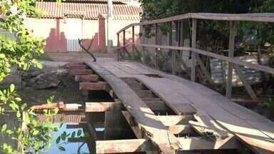Moradores reclamam de ponte de madeira na Barra do Jucu, no ES - Passar na ponte representa risco, dizem moradores.Prefeitura de Vila Velha fez restauração com madeira nova após reclamação.