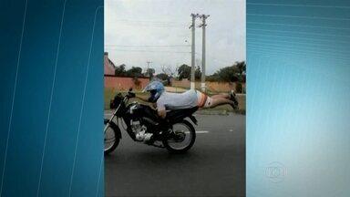 Motoqueiro é flagrado dirigindo a moto deitado na Rodovia Presidente Dutra - A infração para esse tipo de direção é gravíssima. Se o motoqueiro tivesse sido flagrado pela Policia Rodoviária Federal, a Carteira de Habilitação seria suspensa e ele teria que pagar uma multa de R$ 191.