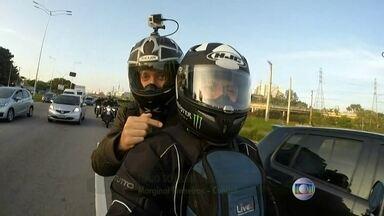 BDSP embarca na garupa de uma moto para seguir pelas ruas de São Paulo - O repórter Tiago Scheuer embarcou na garupa da moto experimentar a rotina no trânsito de uma pessoa que opta por esse tipo de transporte para circular pela cidade.