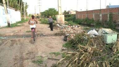 Carroceiros e motociclistas são flagrados jogando entulhos em terrenos próximos a canal - Diretor de Operações da Slum, Pablo Ângelo, fala sobre o lixo jogado em terrenos e na beira do canal por onde deveria passar apenas água da chuva.