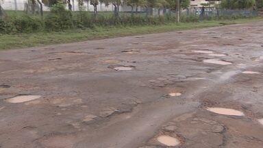Nove bairros de Santana estão com vias intrafegáveis por conta da buraqueira - Nove bairros de Santana estão praticamente intrafegáveis por causa da buraqueira. Na Vila Amazonas, considerada área nobre, os motoristas estão sendo obrigados a trafegar até na contra mão.