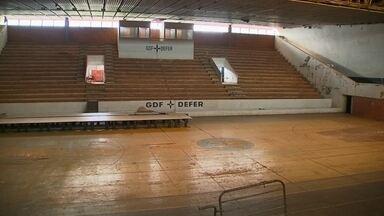 Complexo esportivo Ayrton Senna, no DF, está abandonado - O local etá abandonado há 15 anos. As cadeiras da arquibancada sumiram.