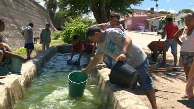 Moradores de Puxinanã, no Agreste da Paraíba, reclamam de abastecimento - Água na torneira é raridade e população armazena o que pode em água e toneis.