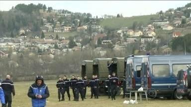 Jornal alemão revela conversas na cabine do avião da Germanwings - As equipes de resgate começam a abrir uma estrada de acesso às montanhas, para acelerar o transporte dos destroços. Os investigadores já conseguiram identificar o DNA de 78 dos 150 ocupantes do Airbus.