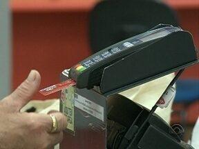Reportagem mostra os perigos das compras com cartão de crédito - Reportagem mostra os perigos das compras com cartão de crédito; Pesquisa apontou que maior parte dos endividamentos dos brasileiros são provenientes do uso deste 'benefício'.