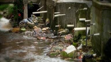 Um em cada quatro paulistanos não tem rede de esgoto - A coleta de esgoto na capital caiu de 2009 até agora: de 97% para 87%. O que não é tratado acaba nos rios. São 420 mil litros de esgoto por minuto.