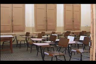 Escolas da rede estadual de ensino paralisam atividades em Uberlândia - Categoria pede aumento do piso salarial e respostas à 'Lei 100'.SEE informou que grupo de trabalho discute melhorias para a classe.