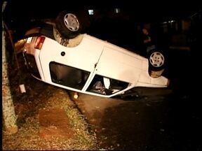 Capotamento deixa mulher ferida em Erechim, RS - Foi por volta das dez horas da noite de domingo (29).