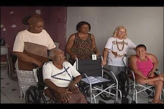 Associação de bairro em Uberlândia recebe doações de cadeiras de roda - Iniciativa faz parte de parcerias de três empresas da cidade.Mais 12 cadeiras estão previstas para serem doadas.