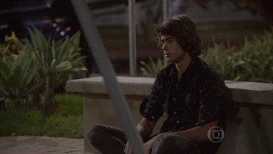 Pedro chora na praça - O guitarrista sofre ao concluir que perdeu Karina para sempre