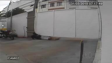 Câmeras flagram arrombamento de estacionamento em Juiz de Fora - Suspeito invadiu sala onde ficava o caixa e fugiu levando R$ 200.Segundo PM, outro homem deu cobertura à ação.