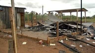 Incêndio destrói centro de reforço escolar em Campo Grande - Móveis, materiais escolares, livros, documentos e até a caixa d´água foram tomados pelas chamas no bairro Dom Antônio Barbosa.