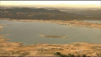 Moradores da Califórnia serão obrigados a racionar água pela primeira vez na história - A Califórnia vai ter de cortar em 25% o consumo de água em relação ao nível de 2013. Todos serão afetados. Quem não respeitar, pode ser punido com multa.