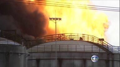 Bombeiros contêm incêndio em tanques de combustíveis em Santos - O fogo começou por volta das 10h. Não houve vítimas. Bombeiros enfrentam dificuldades no combate às chamas que podem ser vistas de vários pontos da Baixada Santista. O trânsito segue congestionado na Rodovia Anchieta.