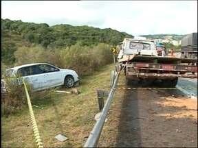 Uma pessoa morre e outra fica ferida em acidente na BR 392 - Colisão entre carro e caminhão pode ter sido provocada pro óleo na pista.