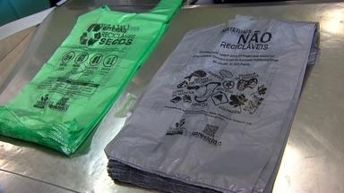 Comércio começa a distribuir novas sacolas plásticas a partir deste domingo (5) - Lojas oferecerão sacolas em duas cores, feitas de matéria-prima de fonte renovável. A cinza serve para descartar lixo comum, e a verde para lixo reciclável. Elas são maiores e suportam até 10kg. Por conta disto, comércio poderá cobrar por cada uma.