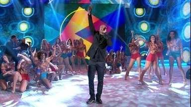 """Cantor anima público com hit """"Caraca Muleque"""" - Depois de ouvir histórias de fãs, cantor solta a voz no palco do Domingão"""