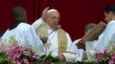 Papa Francisco celebra a missa de Páscoa para milhares de fiéis no Vaticano - O pontífice celebrou a missa debaixo de chuva. Francisco pediu pediu preces para as vítimas de conflitos, especialmente para os jovens mortos no ataque terrorista no Quênia.