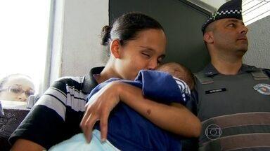 Mãe reencontra bebê sequestrado em Santo Amaro - Uma mulher pediu que uma vendedora ambulante do Largo 13 de Maio segurasse o bebê e desapareceu. Também estavam com ela uma sacola com fraldas, roupas e produtos para a higiene do bebê.