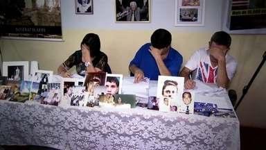 Parentes de pessoas mortas esperam notícias pela psicografia - Os repórteres Estevan Muniz e Valéria Almeida registraram a emoção dos pais que esperam um contato dos filhos que já morreram.