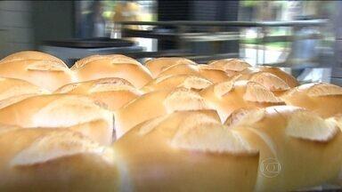 Pãozinho está até 20% mais caro em algumas capitais do Brasil - Em Belo Horizonte o pãozinho aumentou, em média, 10%. No Rio, há previsão de aumento do pãozinho pro mês que vem. Já os outros itens, como pão de forma, subiram 8%.