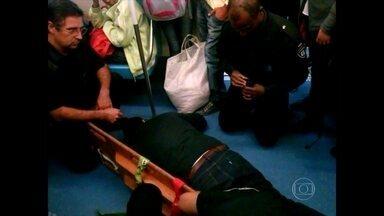 Homem é pisoteado em vagão do Metrô na Estação Itaquera - O homem de 51 anos foi pisoteado nesta quinta-feira (9) dentro de um vagão lotado na Estação Itaquera do Metrô. Ele tem problemas de locomoção e usa muletas.