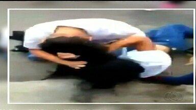 Vídeo mostra briga de alunas próximo a escola de Anápolis - As agressões só terminam quando outra garota separa as duas meninas.