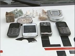 MG Patrulha: 2 homens foram presos e 4 adolescentes apreendidos em operação em Fabriciano - Foram apreendidos 9 buchas de maconha, 20 pedras de crack, uma balança e outros materiais.