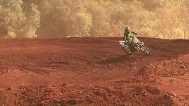 Campeonato paranaense de motocross começa neste fim de semana em Cascavel - As motos voaram nos treinos deste sábado na pista do autódromo.