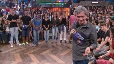 Serginho Groisman abre espaço para talentos da plateia - Rafael Cardoso e Naldo Benny mostram que também sabem fazer embaixadinhas