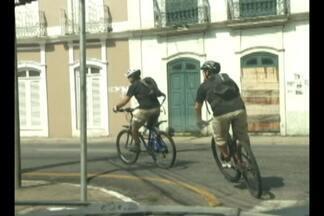Em Belém, ciclistas pedem mais respeito no trânsito - Pessoas que usam a bicicleta como meio de transporte ou lazer reclamam que motoristas desrespeitam os ciclistas e até invadem ciclofaixas.