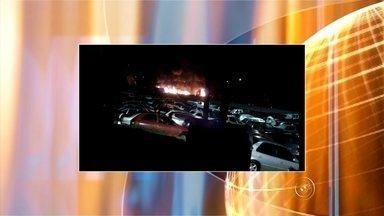 Incêndio atinge veículos em pátio de guincho em Sorocaba - Um incêndio atingiu veículos do pátio de um guincho em Sorocaba (SP), na madrugada deste domingo (12). De acordo com a empresa, o fogo começou por volta das 3 horas no terreno, que fica às margens da rodovia Raposo Tavares.