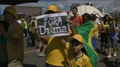 Milhares vão às ruas se manifestar contra o governo da presidente Dilma Rousseff - Palavras de ordem do dia 15 de março foram repetidas, mas tanto a PM quanto os organizadores admitem movimento menor.