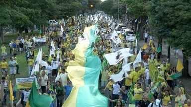 Milhares de manifestantes vão às ruas de Campo Grande - Participantes são contra a atual proposta de reforma política e pedem a investigação da presidente Dilma Rousseff