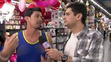 André Curvello vai às ruas conferir os namores virtuais - Conheça histórias inusitadas das pessoas que começaram namoro pela internet