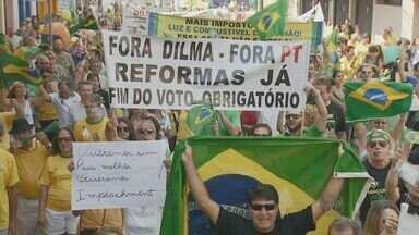 13 cidades da região de Campinas realizam protestos contra o governo Dilma Rousseff - Em todos os lugares a manifestação foi pacífica. Mais de 17 mil pessoas participaram, a maioria usava verde e amarelo e carregava bandeiras do Brasil, faixas e cartazes.